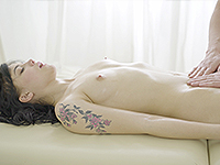 Tetti Dew Korti : Hottie fools around with a well-hung masseur. : sex scene #5